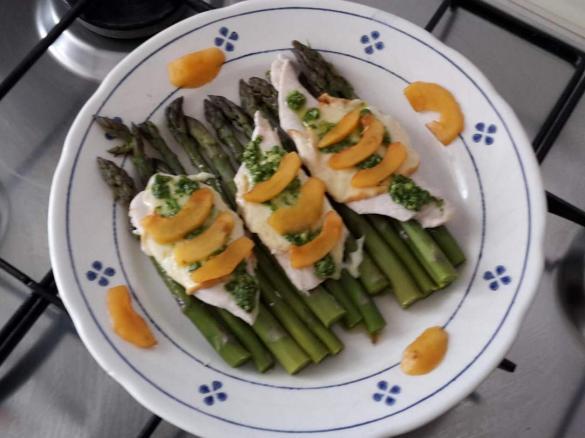 Filetti di pollo agli asparagi con salsa alla rucola